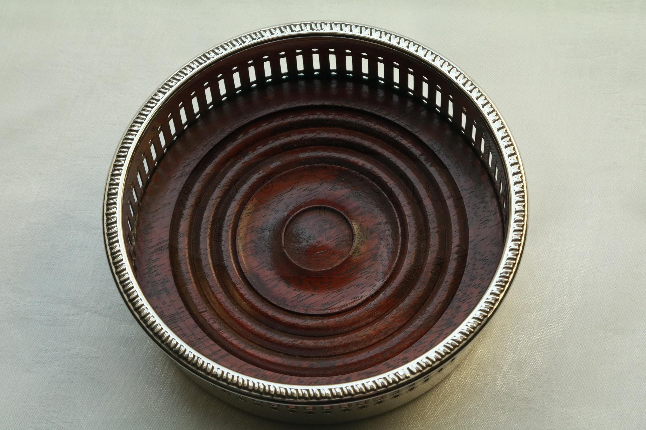 Verzilverde flessenbak met houten bodem